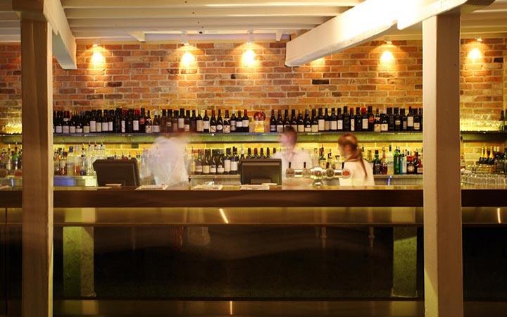 Nội thất nhà hàng Piazza và quán rượu Cargo gìn giữ nét cổ kính