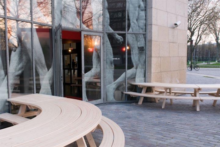 Chỗ ngồi bên ngoài nhà hàng