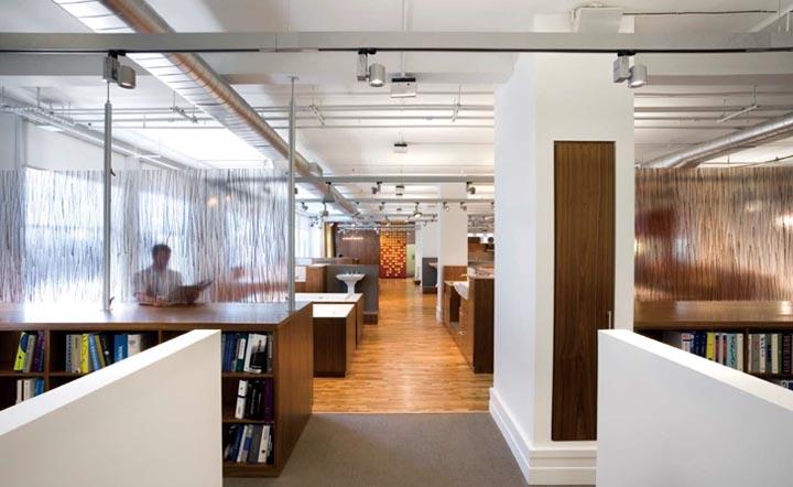 Khu vực văn phòng kinh doanh tách biệt với showroom bằng những tấm cao su mờ