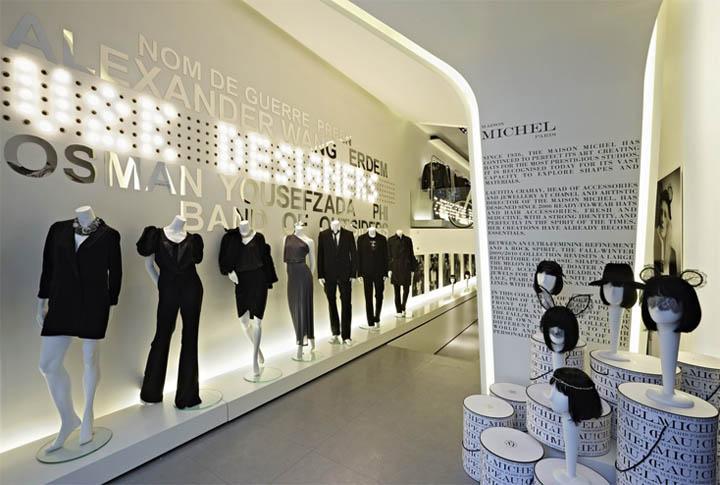 Thiết kế nội thất shop thời trang trên nền trắng làm nổi bật sản phẩm trưng bày