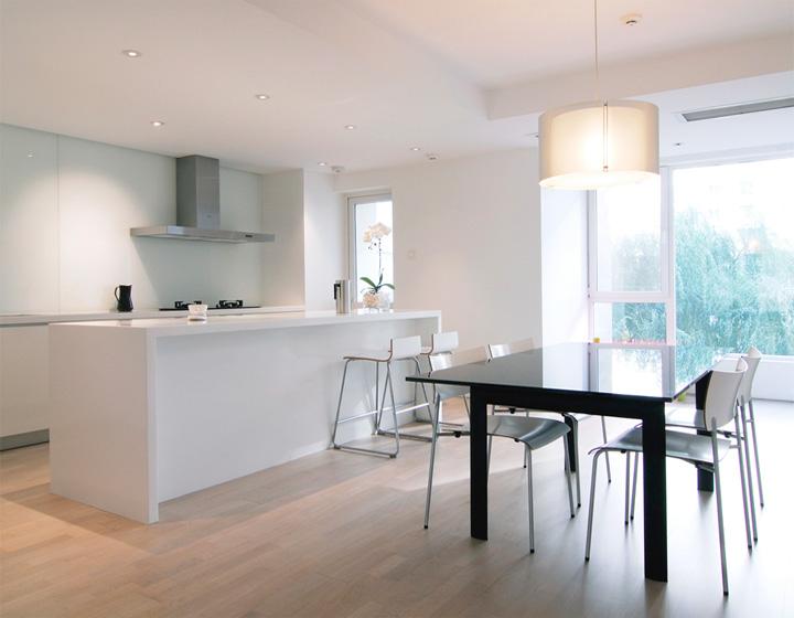 Nhà bếp mở giúp cải thiện sự tương tác giữa nhà bếp và khu vực ăn, ngoài ra phần không gian mở còn giúp làm tăng ánh sáng khi cửa sổ hướng về phía Bắc