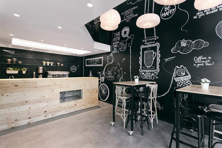 Phấn vẽ trên bức tường sơn đen rất phù hợp trong thiết kế quán cafe đẹp và rẻ