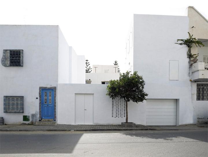 Mặt tiền của thiết kế nhà ở màu trắng truyền của đất nước Tunisia