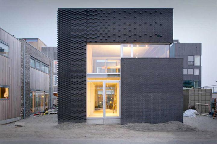 Tường gạch là vật liệu bao che trong thiết kế nhà ở vùng ngoại ô