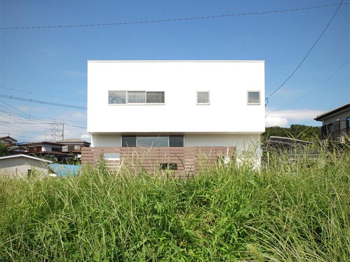 Trắng và tối giản giúp thiết kế nhà phố nổi bật và thơ mộng bên bờ sông xanh mát