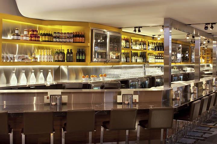 Quầy rượu và bàn làm tăng độ dài của không gian