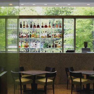 Quầy rượu tại lối vào chính của quán cafe