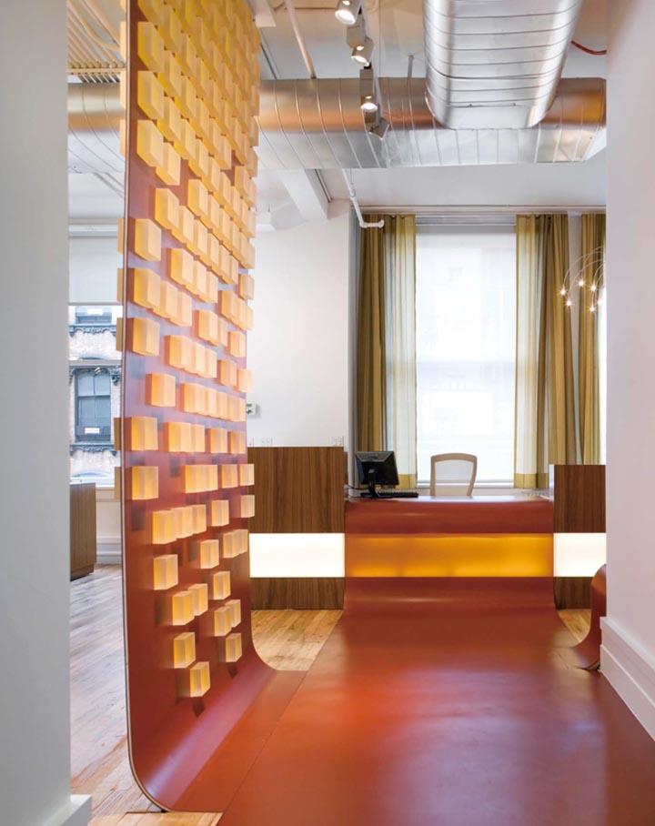 Bức tường cao su được chấm những đốm màu mật ong Chroma Resin, tạo cho không gian tràn đầy năng lượng