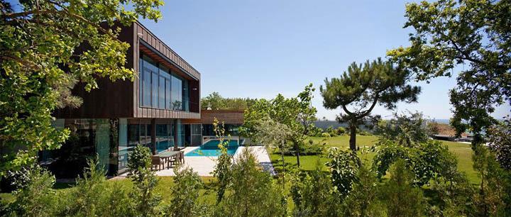 Cảnh quan và cây xanh xung quanh ngôi biệt thự