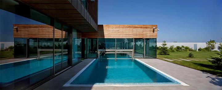 Hồ bơi được thiết kế theo kiểu nửa trong nửa ngoài khá đặc biệt