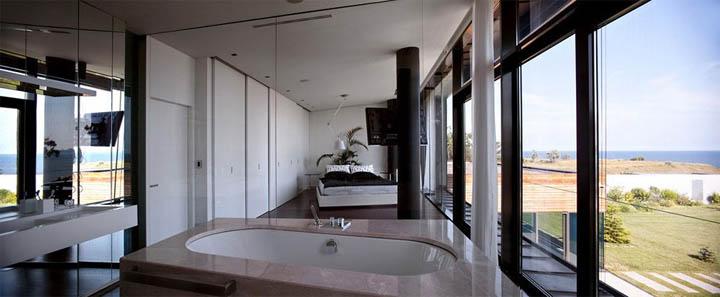 Phòng ngủ và phòng tắm cũng hướng ra biển