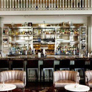 Quầy bar trong thiết kế nội thất nhà hàng là nơi thu hút mọi view nhìn
