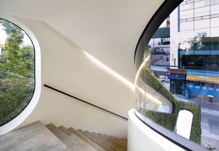 Khách hàng có thể nhìn ra đường qua những ô cửa kính ở cầu thang