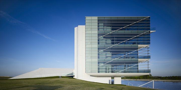 Tòa nhà Building 13 có không gian văn phòng rộng khoảng 12070 m² với sức chứa 461 người