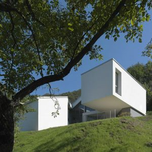 Thiết kế nhà ở bên sườn núi có hình khối đơn giản
