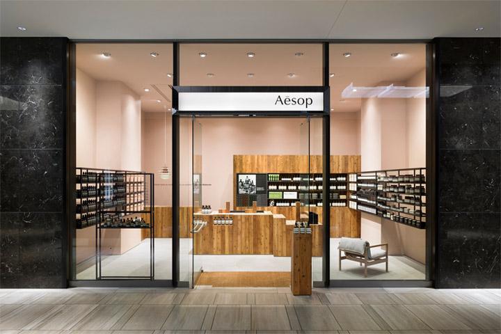 Thiết kế shop mỹ phẩm Aesop với vật liệu gỗ tuyết tùng làm chủ đạo