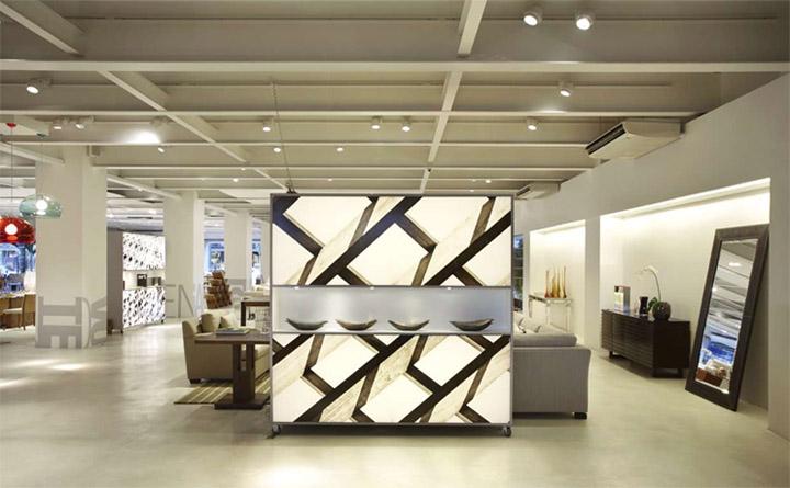 Những cây cột và trần nhà lộ dầm giúp tô điểm cho thiết kế của showroom