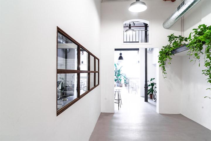 Đặt cửa sổ trên các bức tường là cách để tận dụng ánh sáng tự nhiên