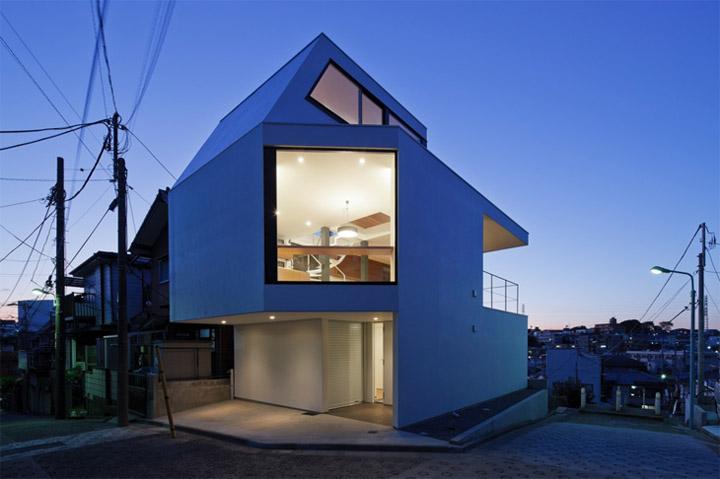 Thiết kế nhà ở với những ô kính lớn nổi bât vào buổi tối