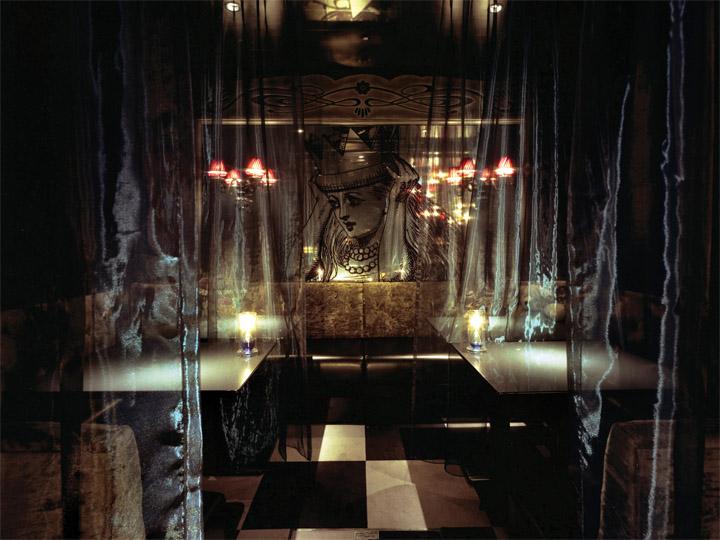 Cách bài trí có chức năng như một Izakata – quầy phục vụ ăn uống. Nhiều tấm gương được trang trí trong nhà hàng để tạo không gian rộng rãi