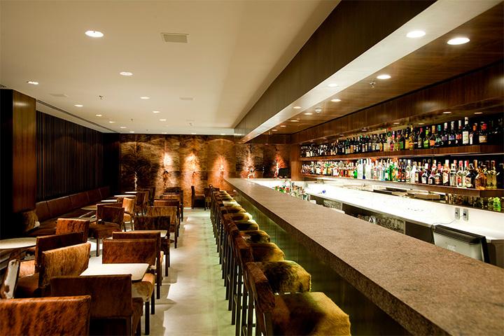 Quầy bar sang trọng, ấm cúng là nơi bạn thoải mái trò chuyện cùng bạn bè hoặc đối tác