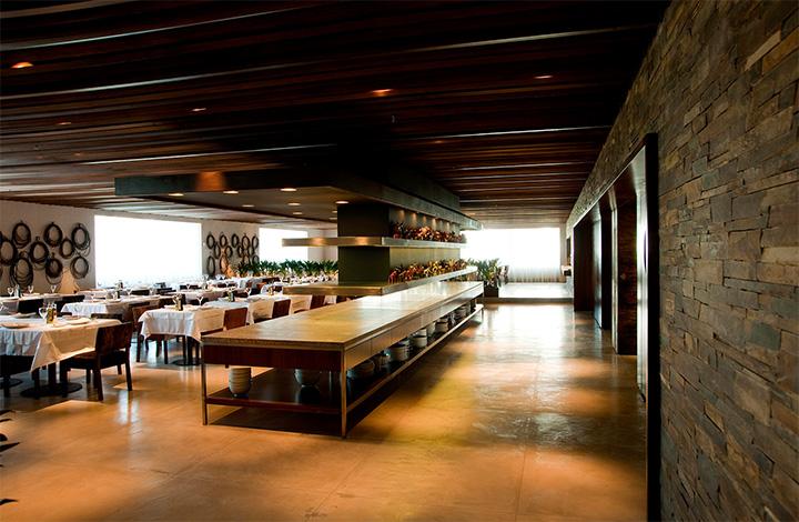 Một vỉ nướng dài được đặt giữa nhà hàng