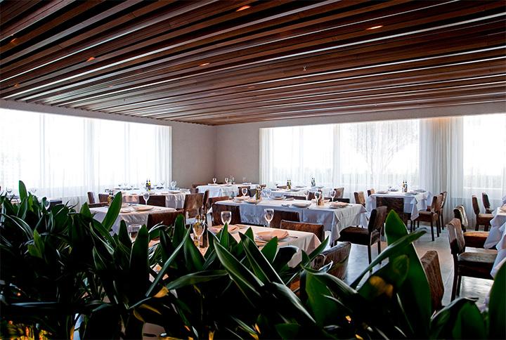 Nhà hàng được thiết kế theo phong cách Brazil ưa chuộng nội thất bằng gỗ và da