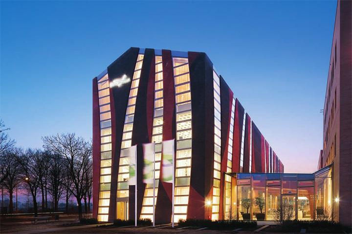 Phần lớn bền mặt của tòa nhà được bao bọc bằng kiếng, tận dụng ánh sáng mặt tự nhiên