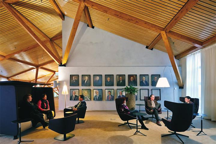 Nhân viên và khách hàng có thể tìm đến những chiếc ghế êm ái để bàn công việc