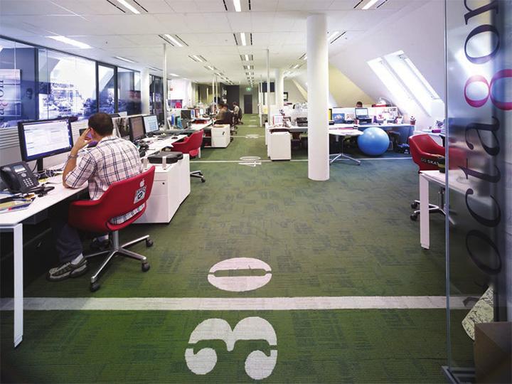 Văn phòng được thiết kế với sự tận dụng triệt để từ ánh sáng tự nhiên của giếng trời