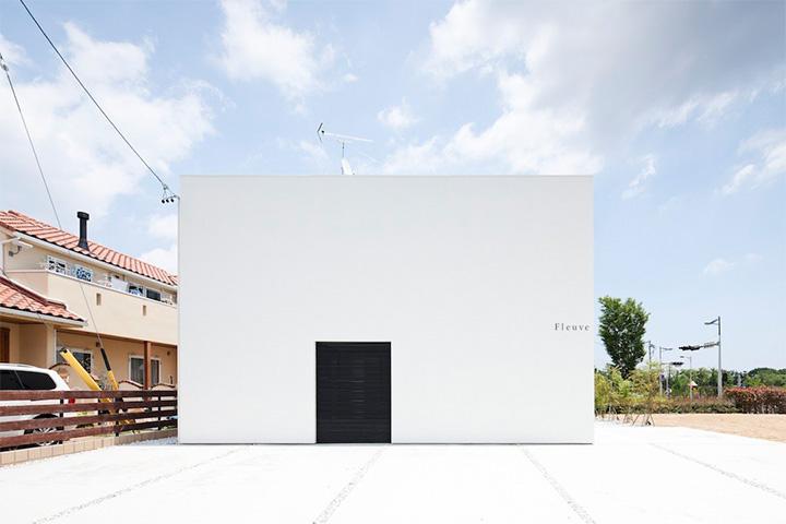 Tòa nhà được thiết kế theo phong cách tối giản với hai màu trắng-đen