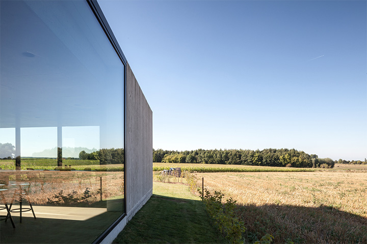 Cửa kính là sự lựa chọn hoàn hảo để rút ngắn khoảng cách của bạn với thiên nhiên nơi đây.