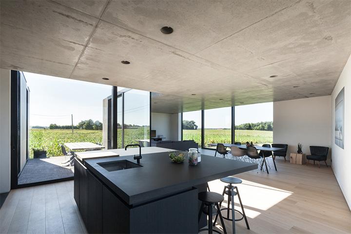 Gian bếp, bàn ăn gia đình, không gian sưởi nắng nghỉ ngơi đơn giản, gần gũi và ấm cúng