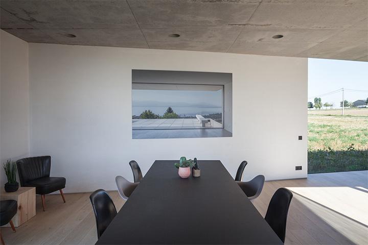 Nội thất trang trí của căn nhà luôn được tuyển chọn để  phù hợp với phong cách tối giản