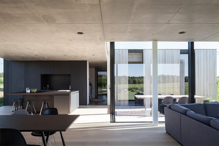 Rèm cửa sẽ rất cần thiết vào những ngày hè nóng bức, đồng thời dùng để trang trí, nâng tầm phong cách căn nhà