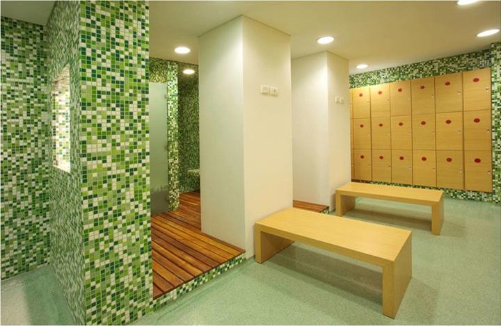 Phòng tắm được trang bị ghế ngồi và tủ đựng vô cùng tiện lợi và chuyên nghiệp