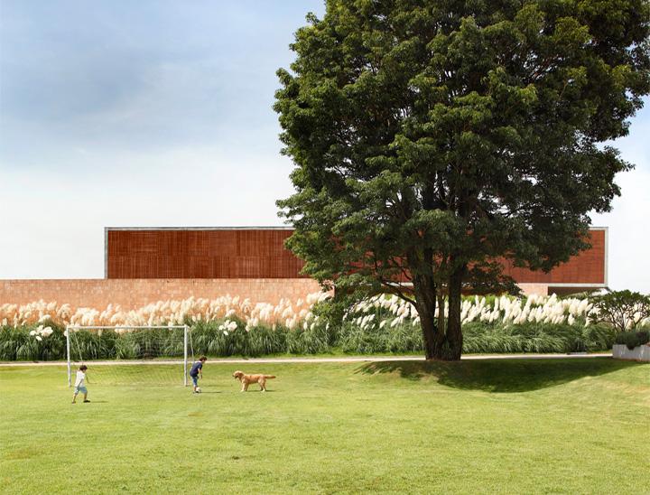 BT House - Ngôi nhà hình hộp kết hợp thiết kế lam gỗ che nắng 1