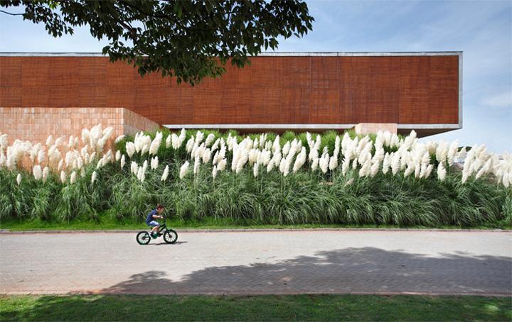 BT House - Ngôi nhà hình hộp kết hợp thiết kế lam gỗ che nắng 2