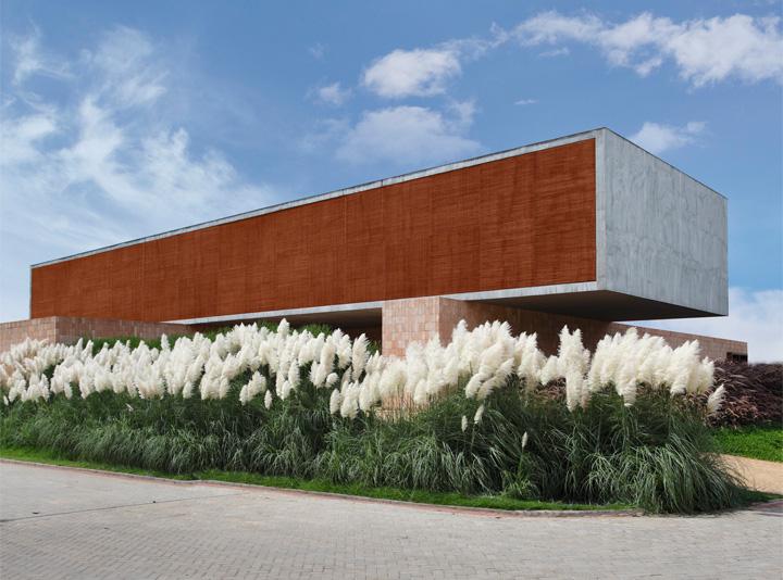BT House - Ngôi nhà hình hộp kết hợp thiết kế lam gỗ che nắng 3