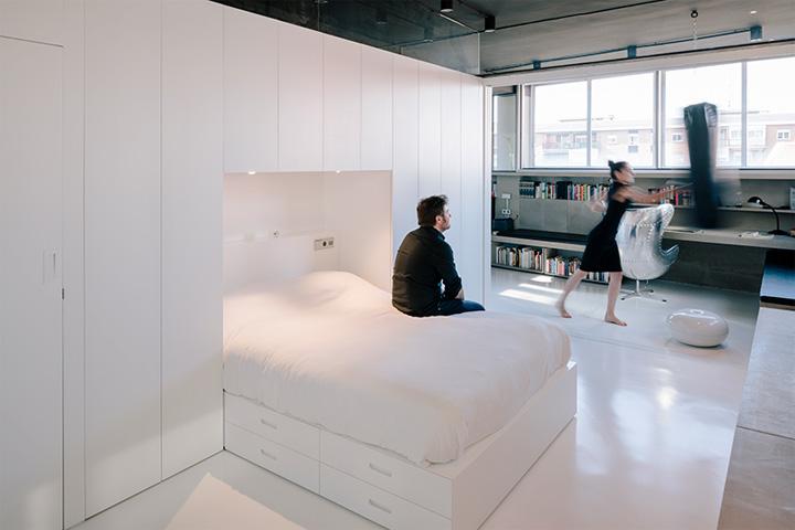Phòng ngủ biến đổi tiện dụng với thiết kế tủ kệ khác nhau