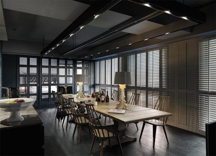 Phòng ăn với phông nền là bức tường ô kính phía sau