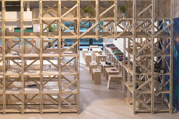 Hall Cafe - Ý tưởng thiết kế quán cafe từ giàn giáo bằng gỗ 5
