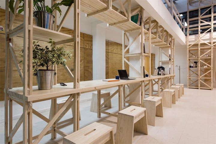 Hall Cafe - Ý tưởng thiết kế quán cafe từ giàn giáo bằng gỗ 6