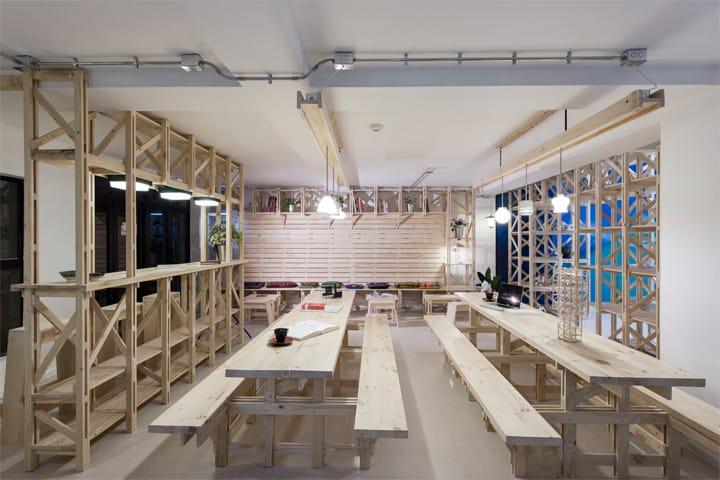 Hall Cafe - Ý tưởng thiết kế quán cafe từ giàn giáo bằng gỗ 8