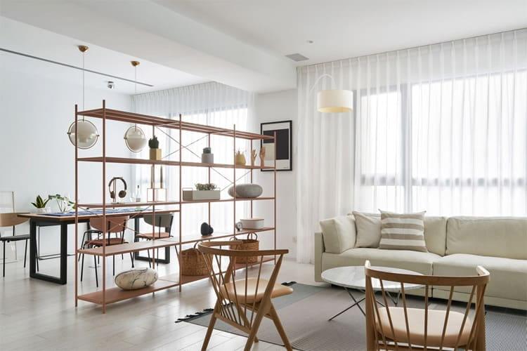 Không gian bếp và phòng khách được ngăn cách bởi chiếc tủ gỗ tinh tế