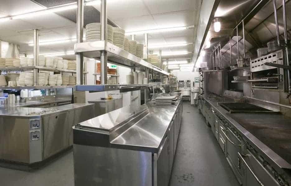 Khu vực chế biến trong nhà hàng ăn uống