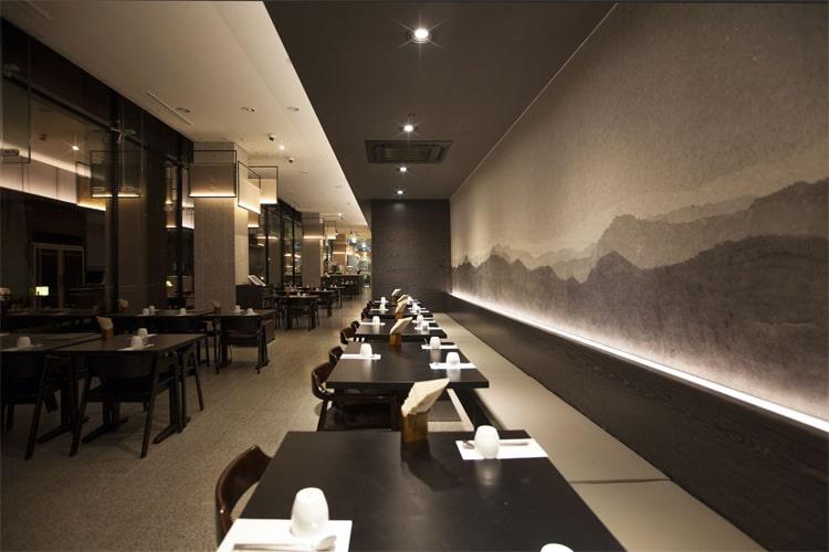 Gam màu trung tính, đầm ấm rất được ưa chuộng khi thiết kế nhà hàng Hàn Quốc