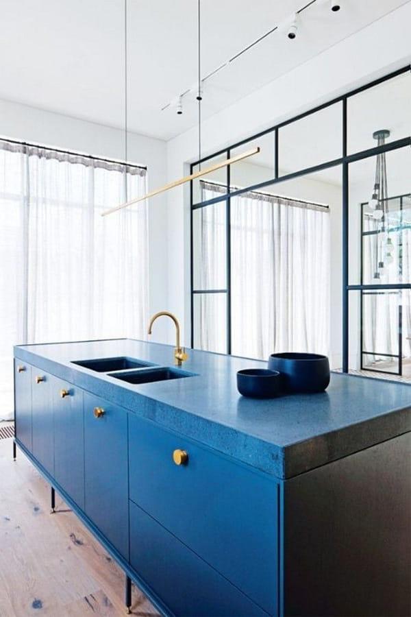 Một căn bếp với tông màu xanh dương cuốn hút