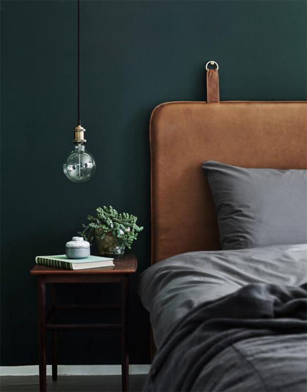 Bức tường màu xanh rêu trong một phòng ngủ