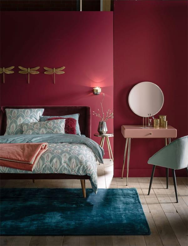 Một phòng ngủ với sơn tường màu đỏ đô